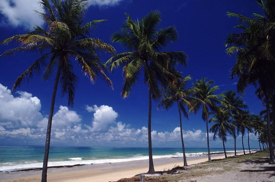 A Praia da Lagoa Azeda é uma vila de pescadores cercada por encostas de morros e falésias