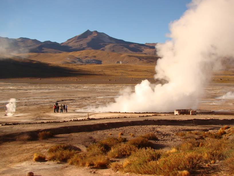Antes do amanhecer, os Gêiseres El Tatio, dezenas de jatos a vapor,expelem água fervendo a mais de 80ºC