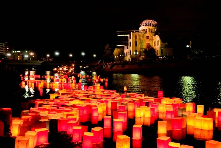 Lanternas com mensagens de paz no rio Ota. Ao fundo, o domo da bomba de Hiroshima