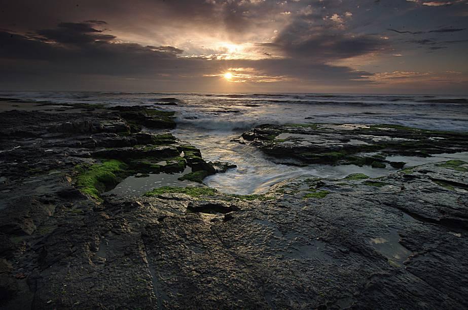 Entre as praias mais tranquilas de Torres está a Praia da Cal, com cenários mais isolados. O mar agitado, por outro lado, atrai alguns turistas para o lugar