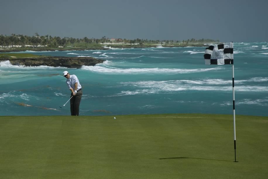 A região concentra campos de golfe com ótima infra-estrutura que são palco de campeonatos internacionais. Com um detalhe: você pode dar suas tacadas com vista para o Mar do Caribe