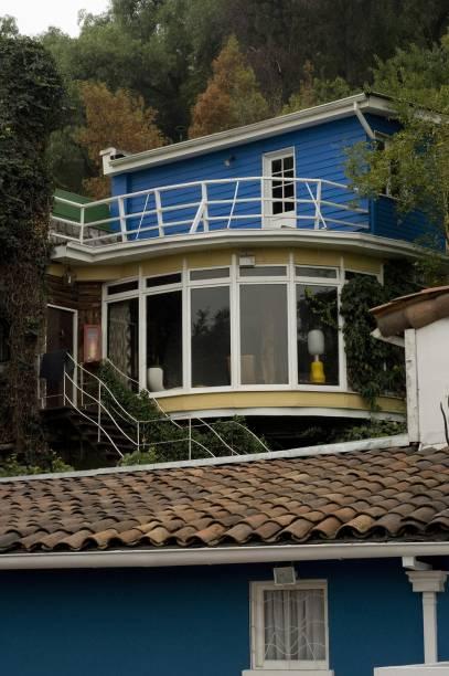 La Chascona, a terceira casa do escritor Pablo Neruda, lembra um barco com teto baixo, cômodos arredondados e grandes janelas. Ali está a medalha recebida pelo Nobel de Literatura, em 1971