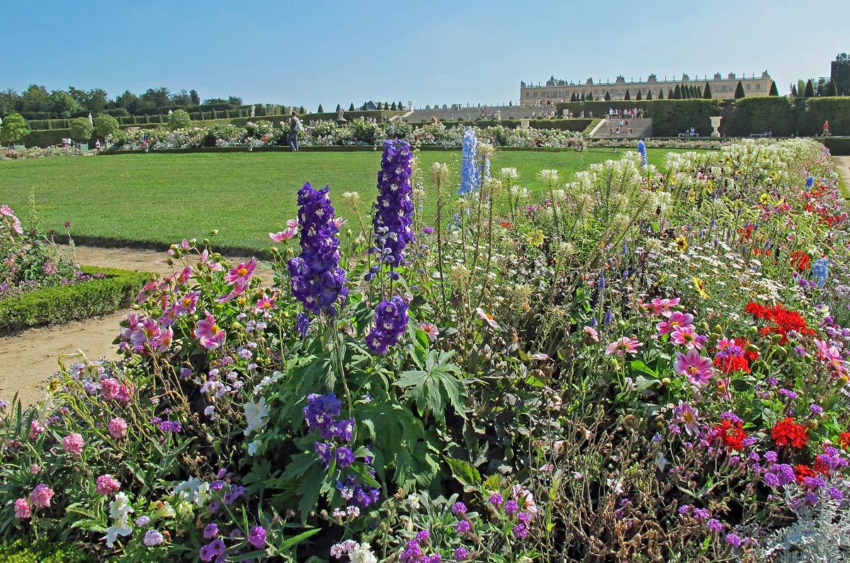 Jardim de flores na primavera no Palácio de Versailles (Versalhes), na França
