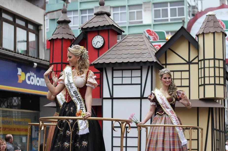 """Desfiles de carros alegóricos com as princesas e rainha da festa fazem parte da programação do<a href=""""http://viajeaqui.abril.com.br/estabelecimentos/br-sc-blumenau-atracao-oktoberfest"""" rel=""""Oktoberfest"""" target=""""_blank"""">Oktoberfest</a>, em<a href=""""http://viajeaqui.abril.com.br/cidades/br-sc-blumenau"""" rel=""""Blumenau (SC)"""" target=""""_blank"""">Blumenau</a>"""