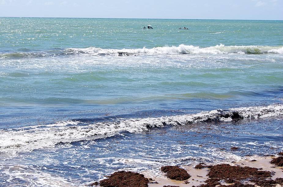 """Os recifes da <a href=""""http://viajeaqui.abril.com.br/estabelecimentos/br-pe-recife-atracao-praia-boa-viagem"""" rel=""""praia Boa Viagem"""" target=""""_blank"""">praia Boa Viagem</a> protegem os banhistas de ataques de tubarões; prefira nadar sempre nestes locais"""