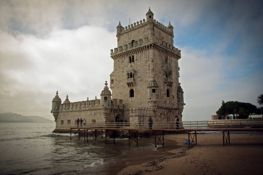 """<strong><a href=""""http://viajeaqui.abril.com.br/estabelecimentos/portugal-lisboa-atracao-torre-de-belem"""" rel=""""Torre de Belém"""" target=""""_blank"""">Torre de Belém</a> –<a href=""""http://viajeaqui.abril.com.br/cidades/portugal-lisboa"""" rel="""" Lisboa """" target=""""_blank""""> Lisboa </a></strong>                                                                    Um dos símbolos máximos de Portugal. Localizada na margem direita do rio Tejo, a Torre resume o período das grandes navegações em motivos navais e estilo manuelino. O monumento foi projetado em 1515 e concluído em 1520. A grandiosidade é condizente ao status de potência global que o país ostentava na época"""