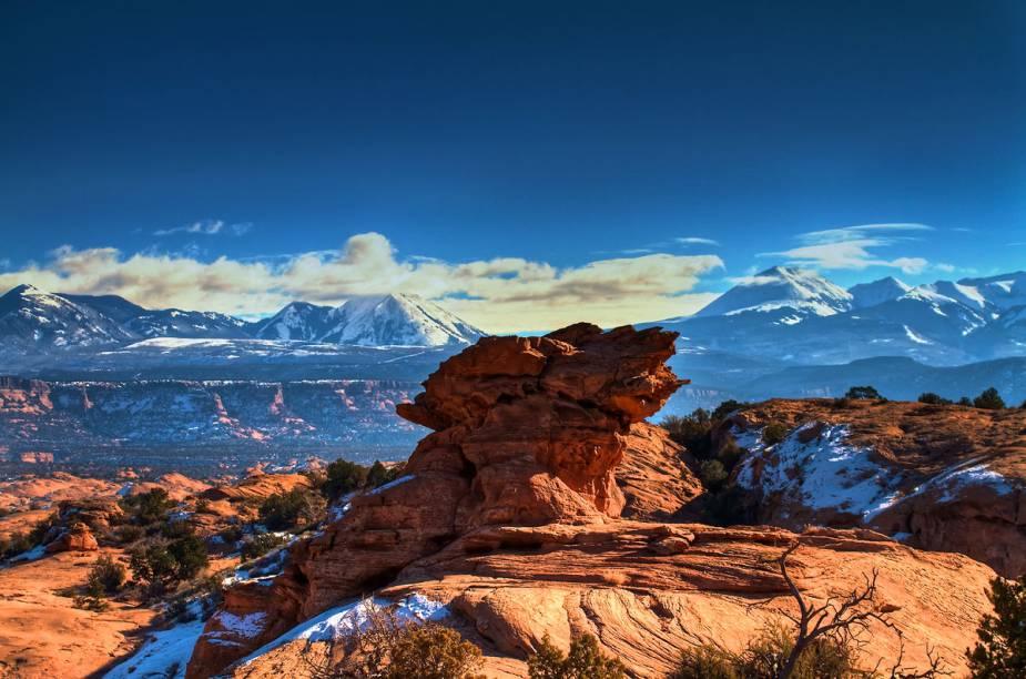 """<strong>Utah, <a href=""""http://viajeaqui.abril.com.br/paises/estados-unidos"""" target=""""_blank"""" rel=""""noopener"""">Estados Unidos</a></strong> O destaque do Estado é a cidade <strong>Moab</strong>, onde está a Slickrock, a trilha mais popular da região que possui cerca de 20 quilômetros de extensão. A Porcupine Rim, com aproximadamente 20 quilômetros, também está na lista de destinos dos ciclistas. Os caminhos contam com solo de terra batida, areia e penhascos estreitos onde é preciso ter cautela. Por se tratar de uma região desértica, onde os termômetros chegam facilmente aos 38°C, é essencial levar água para o passeio. Os melhores meses para viajar a Utah são de abril a outubro."""
