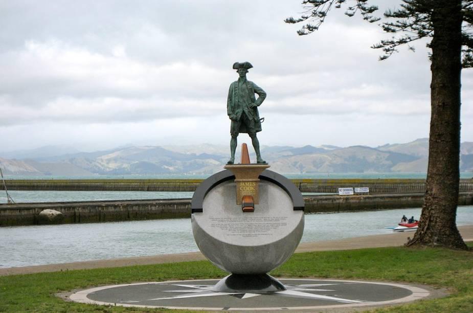 Estátua do Capitão James Cook, uma das figuras célebres a pisar na cidade histórica