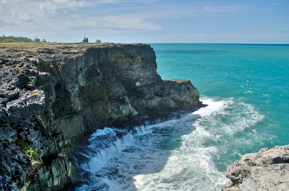 """<a href=""""http://bit.ly/adv_tur"""" rel=""""ADV"""" target=""""_blank""""><strong>ADV</strong></a><strong>O QUE ELA FAZ POR VOCÊ:</strong> Explora um Caribe menos conhecido.<strong>PACOTES:</strong>Outrora vilarejo de pescadores, <a href=""""http://viajeaqui.abril.com.br/cidades/jamaica-ocho-rios"""" rel=""""Ocho Rios"""" target=""""_blank"""">Ocho Rios</a>, na <a href=""""http://viajeaqui.abril.com.br/paises/jamaica"""" rel=""""Jamaica"""" target=""""_blank"""">Jamaica</a>, atrai grandes cruzeiros às suas belas praias. Seis noites com tudo incluído no <a href=""""http://bit.ly/plcrsrt"""" rel=""""Moon Palace"""" target=""""_blank"""">Moon Palace</a> custam US$ 2 988. Para <a href=""""http://viajeaqui.abril.com.br/paises/barbados"""" rel=""""Barbados"""" target=""""_blank"""">Barbados</a>, o pacote de oito noites embarca no voo direto da Gol. A hospedagem é no <a href=""""http://bit.ly/mng_bay"""" rel=""""Mango Bay"""" target=""""_blank"""">Mango Bay</a>, charmoso como poucos all-inclusive. Desde US$ 2 775."""