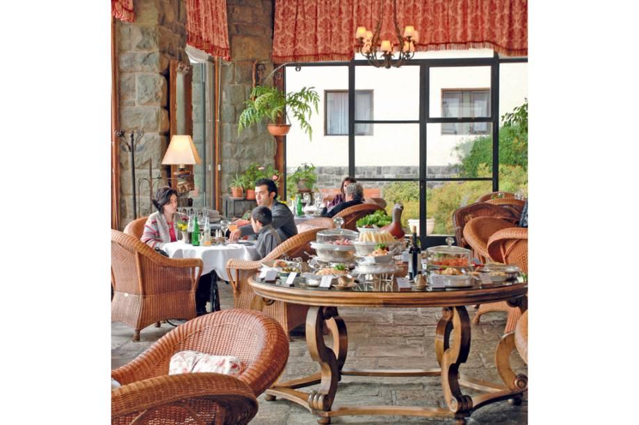 Chá e outras delícias servidas dentro das paredes grossas do Llao Llao