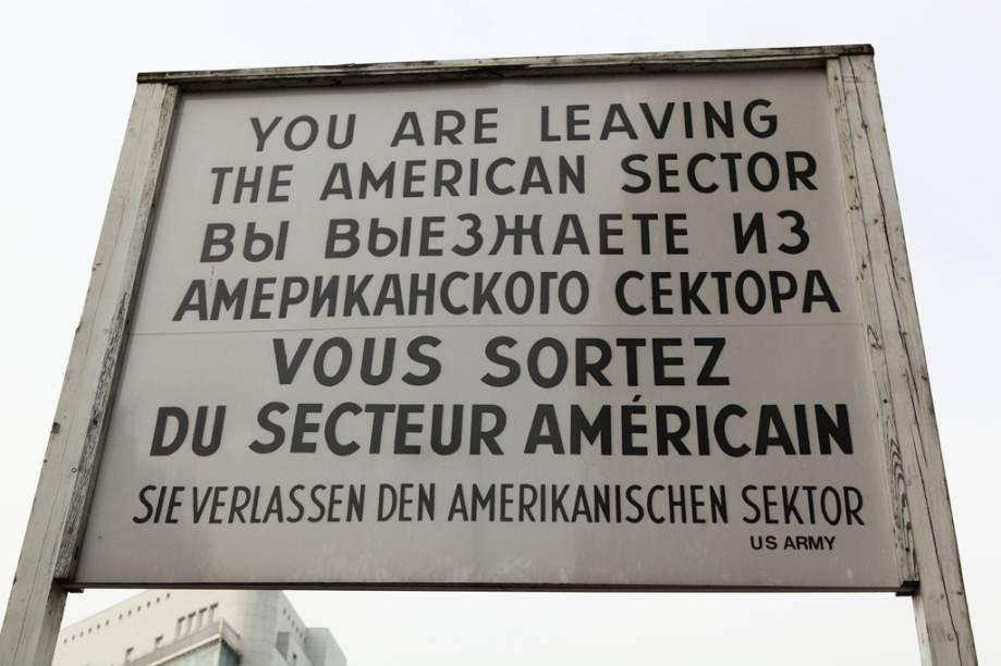 Check Point Charlie, o posto fronteiriço americano no muro de Berlim. Desde 2009, há roteiros que permitem percorrer toda a extensão do muro, a pé ou de bicicleta