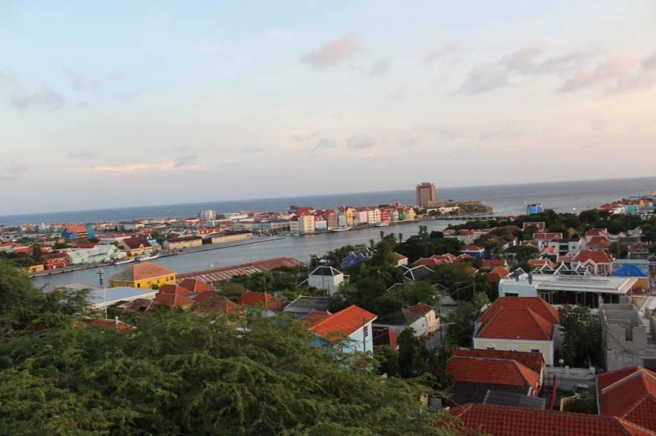 Willemstad é dividida em duas partes, Punta e Otrabanda, separadas pela baía de Santa Ana
