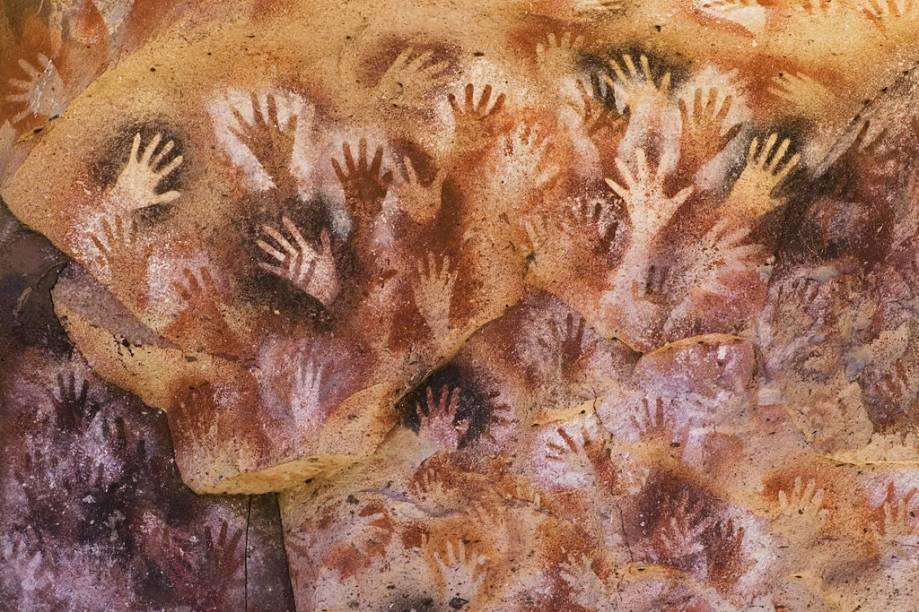 A Cueva de las Manos é a maior gruta da região. Com paredes repletas de inscrições rupestres de 13 mil anos atrás, o local foi declarado Patrimônio da Humanidade pela Unesco
