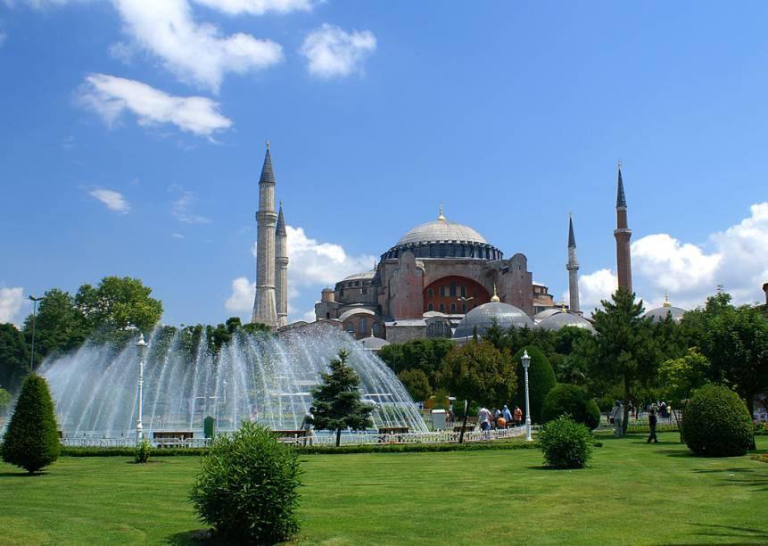 A Basílica de Santa Sofia, ou Aya Sofia, é um marco da passagem de dois impérios: o Bizantino e o Otomano