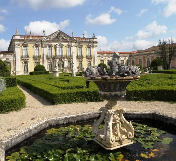 Com jardins geométricos, o Palácio Nacional de Queluz é como uma versão pequenina do Palácio de Versalhes, na França