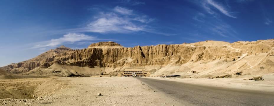 Vista geral de Deir-El-Bahari, onde encontra-se o templo mortuário da faraó Hatshepsut, em Luxor