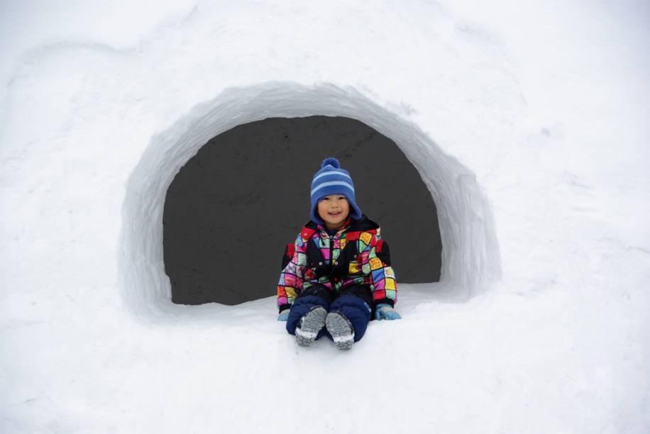 Criança brinca durante o festival Kamakura de Asahikawa, em Hokkaido, quando casinhas de neve são construídas para elas