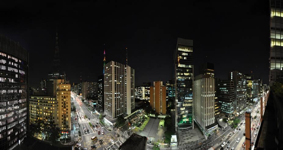 """<a href=""""http://viajeaqui.abril.com.br/cidades/br-sp-sao-paulo"""" target=""""_blank"""" rel=""""noopener""""><strong>São Paulo (SP) </strong></a> Os contrastes da maior cidade da América do Sul são feitos de limites tênues entre o histórico e o moderno. Um ano pode não ser o suficiente para entender e conhecer todas as peculiaridades da capital paulista. Mas em um final de semana você encontra o que procura, seja na noite envolvente, na cultura diversificada, na gastronomia rica ou em patrimônios públicos <a href=""""http://www.booking.com/city/br/sao-paulo.pt-br.html?aid=332455&label=viagemabril-voltapelobrasil"""" target=""""_blank"""" rel=""""noopener""""><em>Veja hotéis em São Paulo no booking.com</em></a>"""