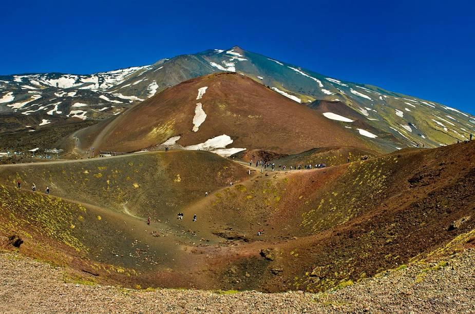 """<strong>Sicilia, <a href=""""http://viajeaqui.abril.com.br/paises/italia"""" target=""""_blank"""" rel=""""noopener"""">Itália</a></strong> Imagine pedalar pelas formações rochosas de um dos mais altos vulcões do mundo, e que ainda está ativo. Para quem gosta de aventura, percorrer uma trilha de bicicleta em terreno uniforme, partindo da cratera do <a href=""""http://viajeaqui.abril.com.br/cidades/italia-catania"""" target=""""_blank"""" rel=""""noopener"""">Etna</a> a mais de 3 quilômetros de altura, é o passeio ideal pela ilha italiana. Devido aos pontos de alta inclinação, é possível usar um teleférico ou jipe no trajeto de subida."""