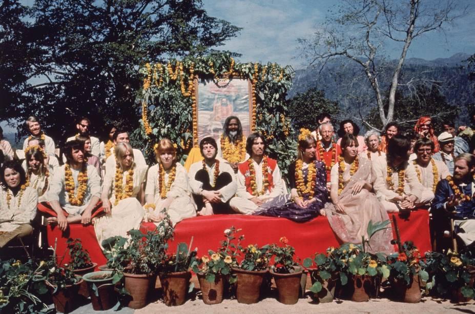 Os Beatles e suas esposas posam com o guru Maharishi Mahesh Yogi, em Rishikesh, em março de 1968