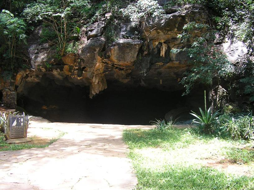 """Entrada da Gruta da Lapinha, em Lagoa Santa (MG) - no local, há uma placa em homenagem a Peter Lund - o passeio até a gruta inclui uma visita ao <a href=""""http://viajeaqui.abril.com.br/estabelecimentos/br-mg-lagoa-santa-atracao-peter-lund"""" rel=""""museu dedicado ao naturalista dinamarquês"""" target=""""_blank"""">museu dedicado ao naturalista dinamarquês</a>"""