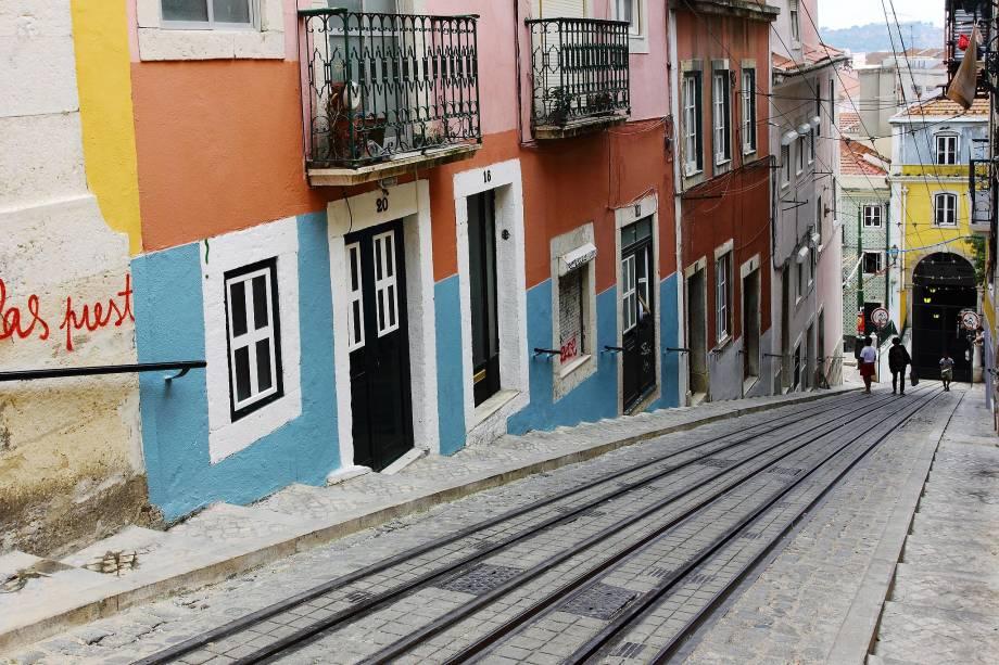 """<strong>6. <a href=""""http://viajeaqui.abril.com.br/cidades/portugal-lisboa"""" rel=""""LISBOA"""" target=""""_blank"""">LISBOA</a></strong>                    À primeira vista, Lisboa parece uma cidade careta e tradicional. Com sua paisagem recheada de igrejas, antigos mosteiros, castelos e casarões antigos, a capital portuguesa, porém, esconde uma faceta jovem e boemia que está entre as mais animadas da Europa."""