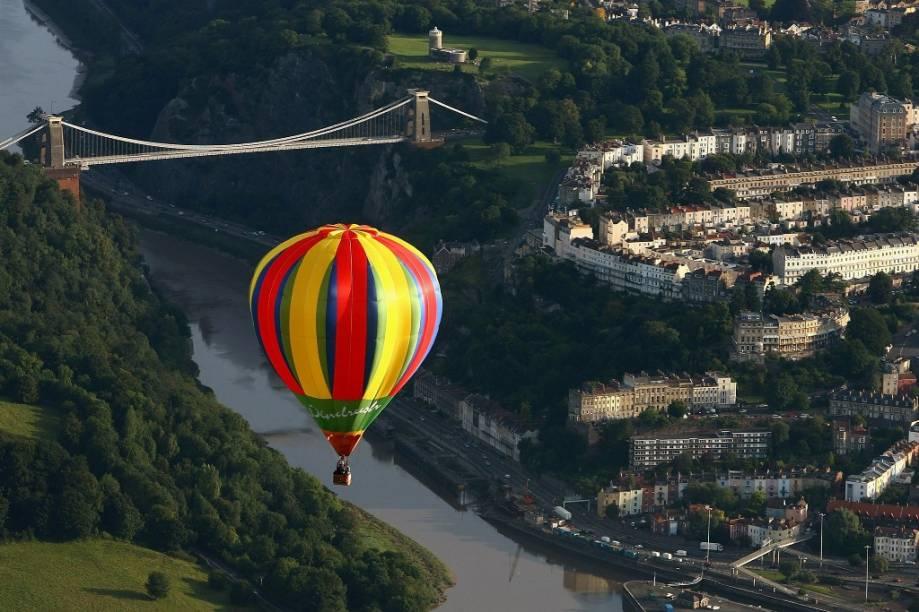 Balão sobrevoa a ponte suspensa de Clifton, em Bristol, durante o Balloon Fiesta