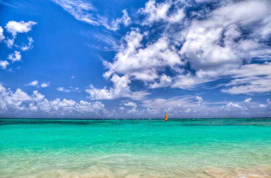 """O mar que deu fama a <strong><a href=""""http://viajeaqui.abril.com.br/cidades/republica-dominicana-punta-cana"""" rel=""""Punta Cana"""" target=""""_blank"""">Punta Cana</a></strong>, reduto de resorts na <a href=""""http://viajeaqui.abril.com.br/paises/republica-dominicana"""" rel=""""República Dominicana"""" target=""""_blank""""><strong>República Dominicana</strong></a>"""