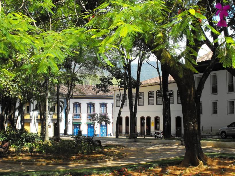 """Com pouco menos de 60 mil habitantes, <a href=""""http://viajeaqui.abril.com.br/cidades/br-mg-mariana"""" rel=""""Mariana (MG)"""">Mariana (MG)</a> é uma cidade histórica mais sossegada em relação à badalada <a href=""""http://viajeaqui.abril.com.br/cidades/br-mg-ouro-preto"""" rel=""""Ouro Preto"""">Ouro Preto</a>"""