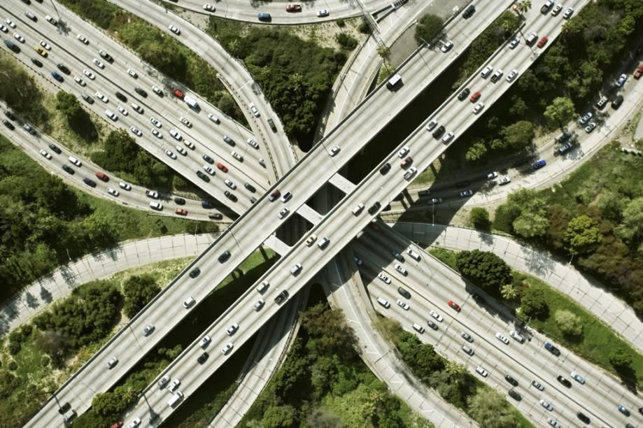 Vista aérea das freeways de Los Angeles. A cidade tem mais de quinze milhões de habitantes e distritos extremamente diversos, que vão de bairros com influência mexicana a mansões gigantescas à beira do mar