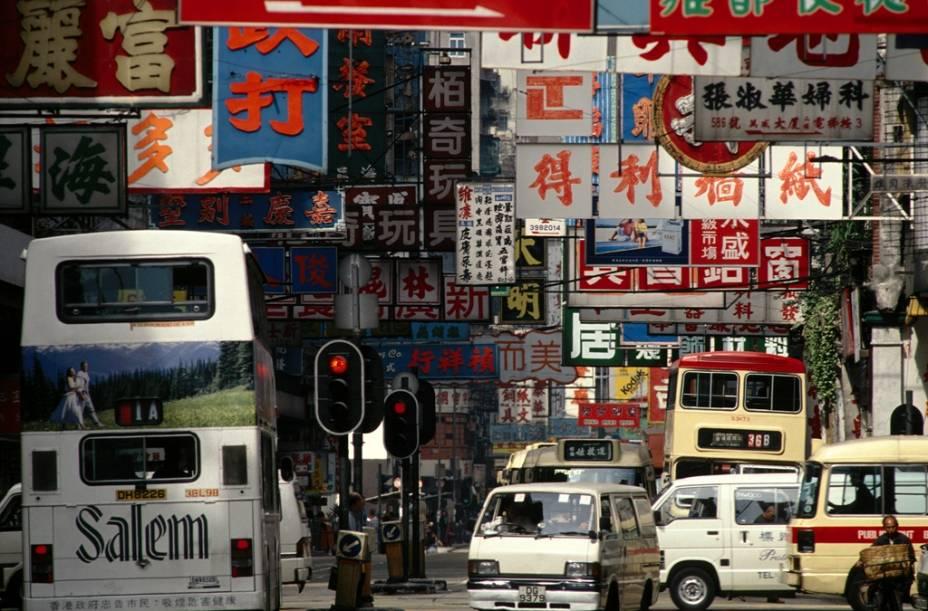 Placas em rua de Hong Kong. A escrita chinesa, também utilizada no Japão, começou a ser desenvolvida por volta do ano 1000 a.C., sendo padronizada durante a dinastia Qin, no século 3 a.C. Um chinês deve conhecer cerca de 5000 ideogramas para ser considerado plenamente alfabetizado.
