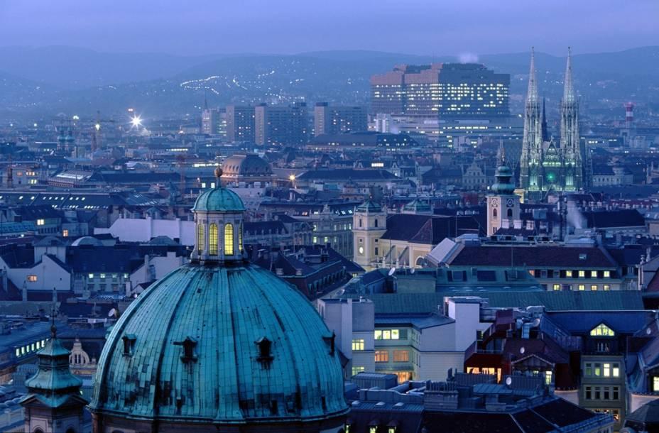 Outrora capital de um dos mais importantes impérios europeus, Viena é hoje uma cidade moderna e calma, mas ainda vivendo de poderosa herança cultura e artística da dinastia Habsburgo