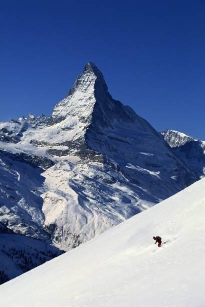 Esqui na região de Valais, com vista para a montanha mais alta da Suíça, a Matterhorn