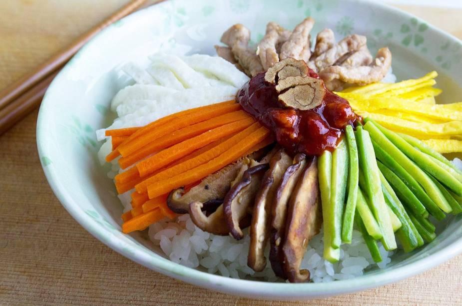 <strong>Bibimbap</strong>    Esse prato é a cara da Coreia - e por isso, é um dos mais famosos da região. Ele vem com legumes salteados, carne bovina e arroz, com um toque de óleo de gergelim. Mas não é um mexidão: os ingredientes são dispostos no prato harmonicamente