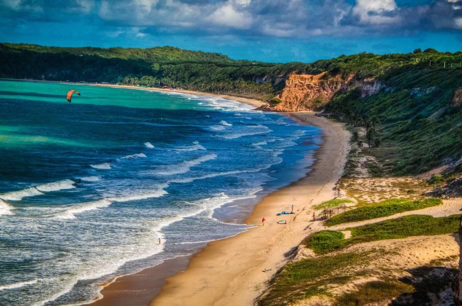 Turistas do mundo inteiro são atraídos pelas águas azuis-esverdeadas das praias de Pipa – não é raro avistar golfinhos