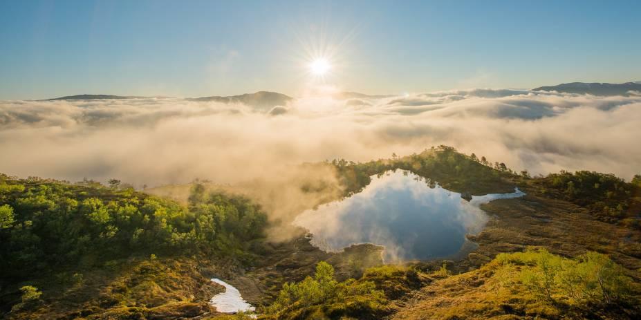 Acima das nuvens densas, o sol nasce arrebatador em Nordfjord, região oeste da Noruega