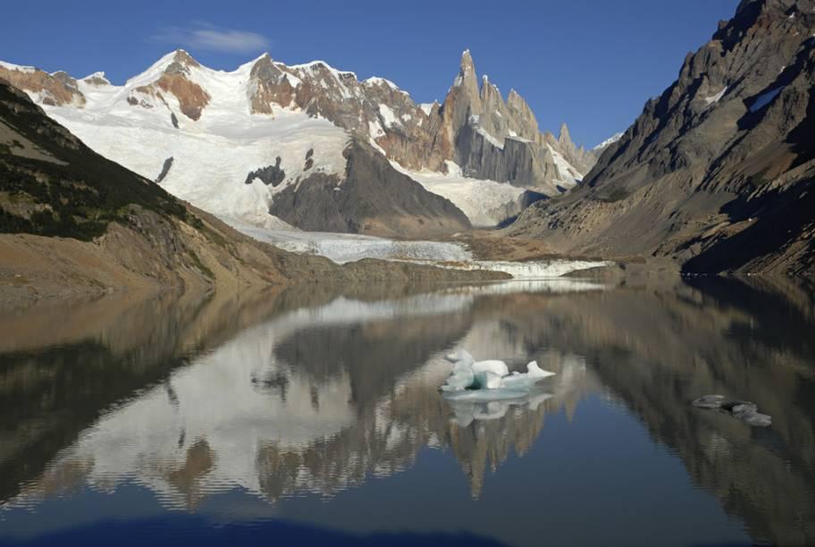 Para chegar até os pés de Cerro Torre é preciso cruzar o rio com tirolesa, caminhar sobre o gelo e praticar escalada