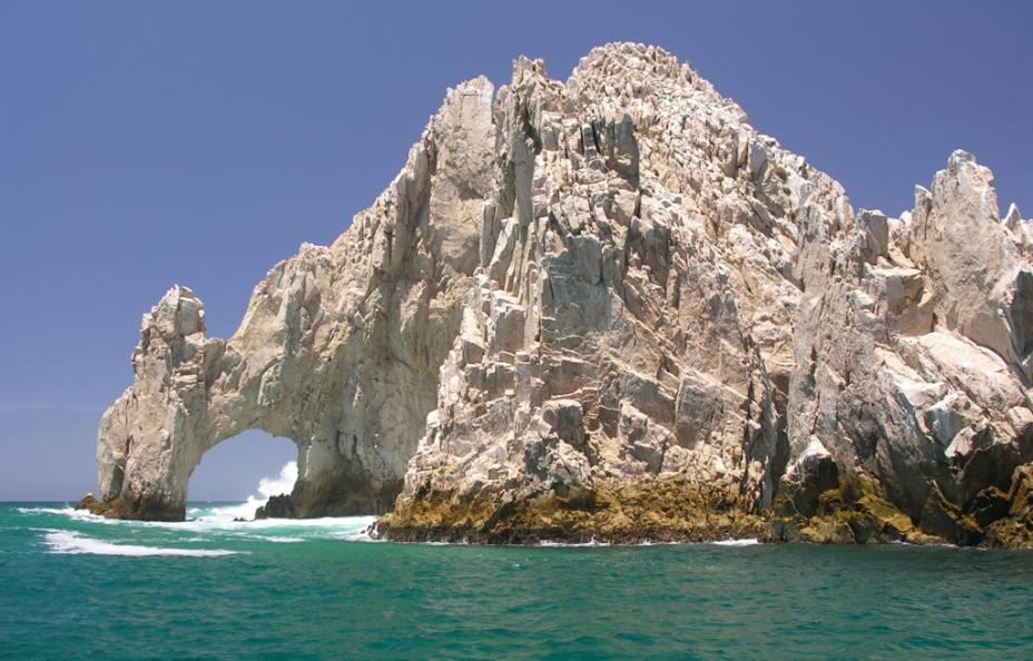 O Arco do Fim da Terra é uma formação rochosa esculpida pelo encontro do Oceano Pacífico com o Mar de Cortés