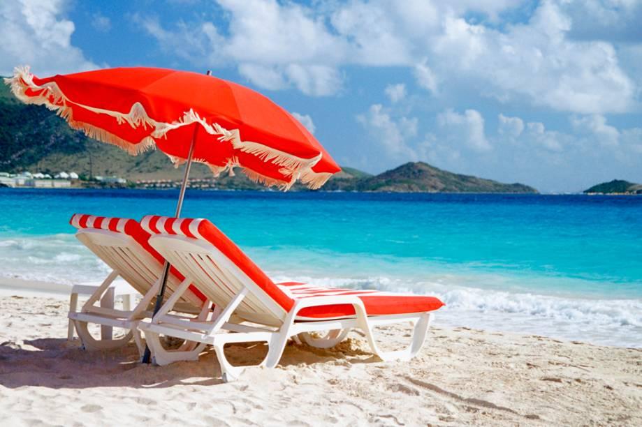 """<a href=""""http://raidho.com.br/"""" rel=""""RAIDHO """" target=""""_blank""""><strong>RAIDHO </strong></a><strong>O que ela faz por você:</strong> Tem pacotes com bom custo/benefício para as ilhas mais exclusivas.<strong>Pacote:</strong> O roteiro em hotéis de luxo passa por três ilhas: são três noites em <a href=""""http://viajeaqui.abril.com.br/paises/saint-martin-sint-maarten"""" rel=""""St. Maarten"""">St. Maarten</a>, no <a href=""""http://www.starwoodhotels.com/?language=pt_BR"""" rel=""""Westin Dawn Beach & Resort"""" target=""""_blank"""">Westin Dawn Beach & Resort</a>, duas em <a href=""""http://viajeaqui.abril.com.br/paises/saint-barthelemy-st-barth"""" rel=""""St. Barths"""">St. Barths</a>, no <a href=""""http://www.hotelchristopher.com/"""" rel=""""Christopher"""" target=""""_blank"""">Christopher</a>, e duas em Anguilla, nas suítes elegantes do <a href=""""http://www.cuisinartresort.com/index.php?catID=33"""" rel=""""Cuisinart"""" target=""""_blank"""">Cuisinart</a>, onde há campo de golfe. Desde US$ 2 787. Por US$ 2 205, a operadora tem sete noites em Turks e Caicos, no simplesinho<a href=""""http://www.portsofcallresort.com/"""" rel="""" Ports of Call""""> Ports of Call</a>."""