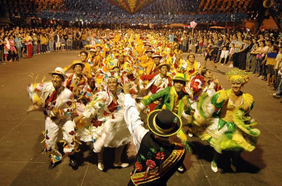 Apresentação da quadrilha Tradição da Serra na festa junina de Campina Grande