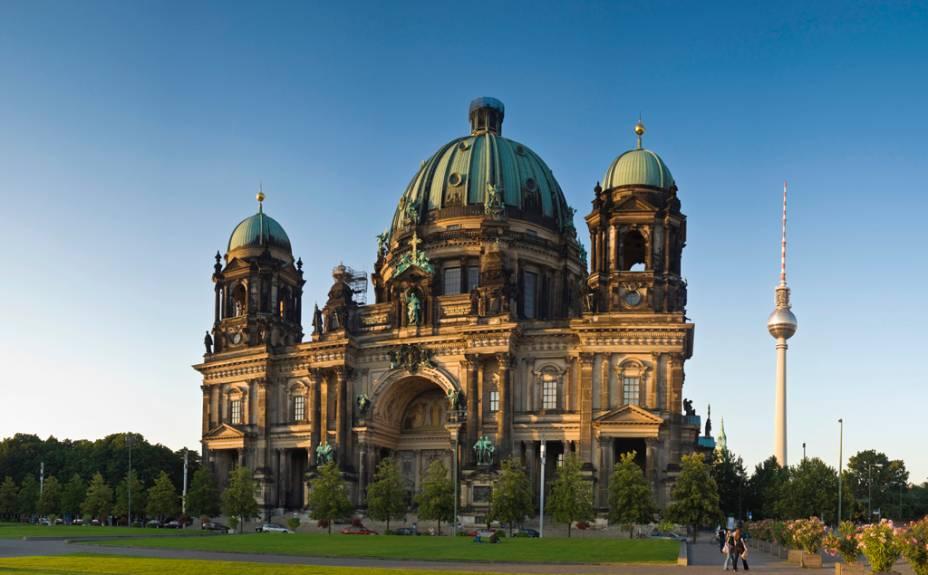 A Catedral Berliner Dom começou a ser construída em 1895, mas só ficou pronta 11 anos mais tarde. À direita da catedral está a futurista torre de TV Fernsehturm, um dos orgulhos da extinta República Democrática Alemã