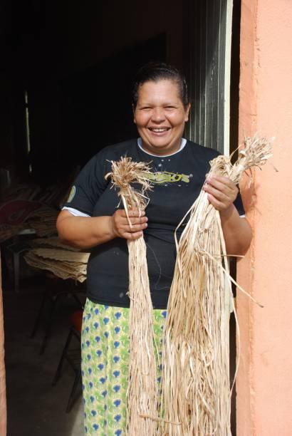 """Integrante do grupo """"Mulheres de Fibra"""", associação composta por 24 mulheres que produzem objetos, como bolsas e abajures, com a fibra retirada do tronco da bananeira"""