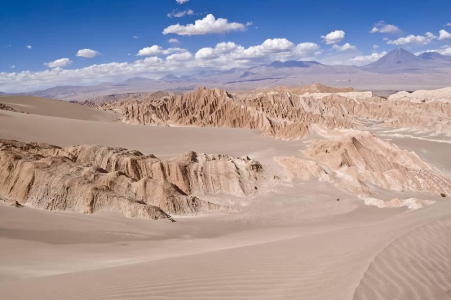 Altas dunas pontuam o Valle de la Muerte, onde é possível fazer sandboard