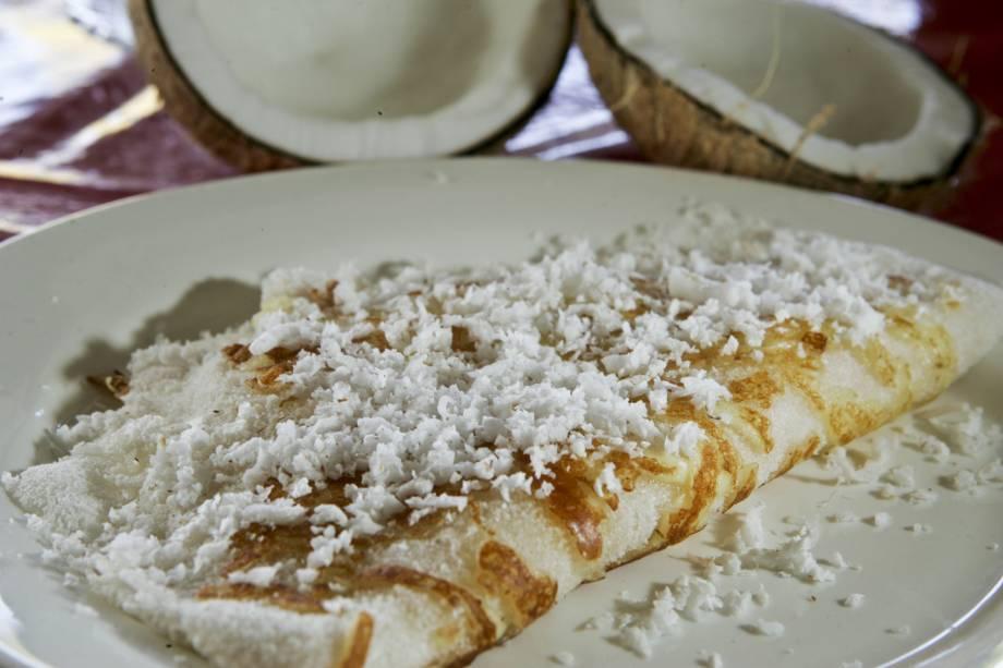 """Muito popular nas cidades do Nordeste, a <strong>tapioca</strong> ganhou fama em todo o país. Aquecida em pequenas frigideiras redondas, de ferro ou alumínio, a massa feita com <strong>goma de mandioca</strong> umedecida e levemente temperada com sal ganha recheios variados. As versões de coco ralado, queijo-de-coalho ou apenas manteiga são as mais tradicionais. As <strong>tapioqueiras</strong>, com seus fogareiros, são encontradas, por exemplo, no <a href=""""http://viajeaqui.abril.com.br/estabelecimentos/br-ce-fortaleza-restaurante-centro-das-tapioqueiras"""" rel=""""Centro das Tapioqueiras"""" target=""""_self""""><strong>Centro das Tapioqueiras</strong></a> (em <a href=""""http://viajeaqui.abril.com.br/cidades/br-ce-fortaleza"""" rel=""""Fortaleza"""" target=""""_self"""">Fortaleza</a>), no <a href=""""http://viajeaqui.abril.com.br/estabelecimentos/br-pe-olinda-restaurante-alto-da-se"""" rel=""""Alto da Sé"""" target=""""_self""""><strong>Alto da Sé</strong></a> (em <a href=""""http://viajeaqui.abril.com.br/cidades/br-pe-olinda"""" rel=""""Olinda"""" target=""""_self"""">Olinda</a>), e na orla de <a href=""""http://viajeaqui.abril.com.br/cidades/br-al-maceio"""" rel=""""Maceió"""" target=""""_self"""">Maceió</a>, em <a href=""""http://viajeaqui.abril.com.br/estados/br-alagoas"""" rel=""""Alagoas"""" target=""""_self"""">Alagoas</a>"""