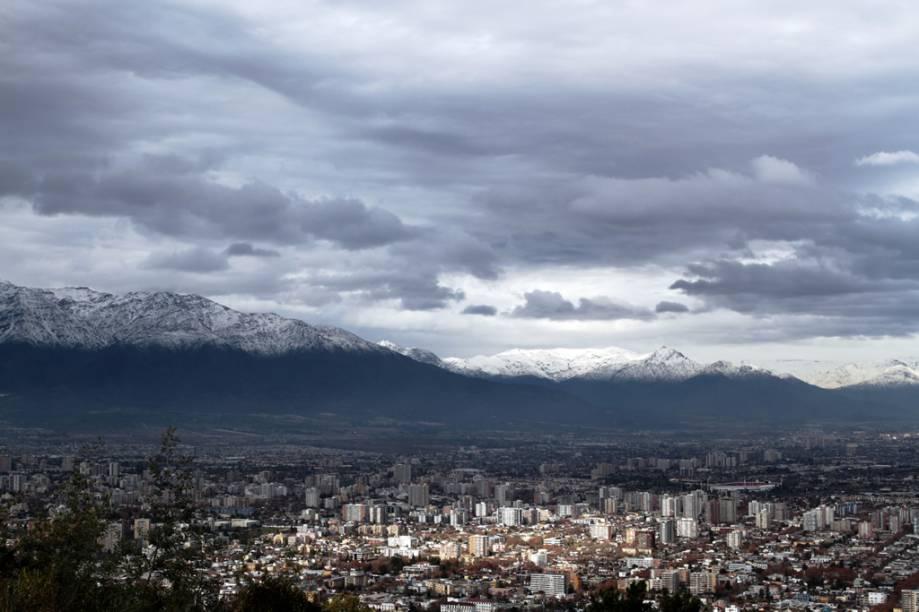Depois de encarar a subida bem inclinada no funicular até Cerro San Cristóbal, é possível ter uma vista panorâmica de Santiago. Ali, fica também a estátua da Virgem da Imaculada Conceição, de 14 metros de altura