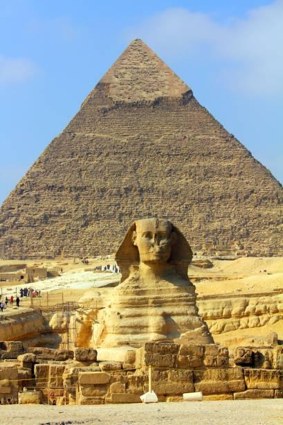A grande esfinge no complexo de pirâmides de Gizé é um dos símbolos mais marcantes de todo o Egito