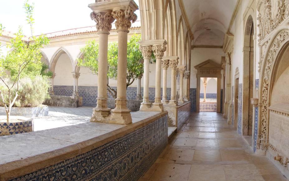 O Convento de Cristo, em Tomar, tem construções de estilos diferentes, como capelas, coros e claustros