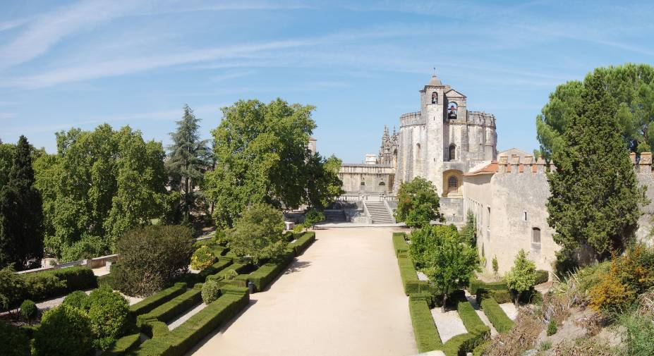 Fundado em 1160, o mosteiro é detentor de importantes monumentos para arquitetura como a Charola, um dos raros exemplares de igrejas rotundas. Capelas, claustros e coros de vários estilos foram construídos com o passar dos anos