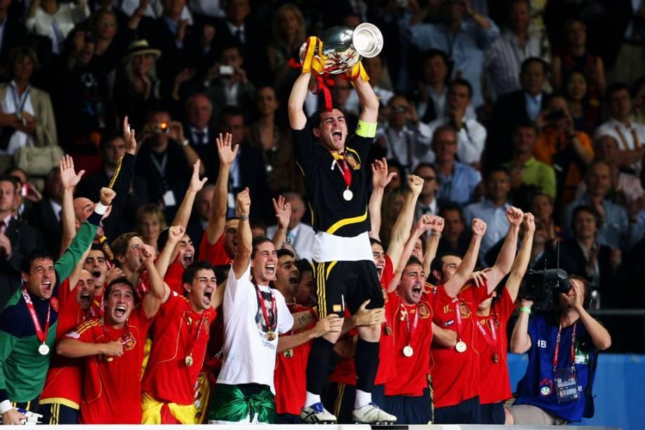 """A <strong>Eurocopa 2012 </strong>contará com a participação de 16 seleções, incluindo as sempre favoritas <a href=""""http://viajeaqui.abril.com.br/paises/alemanha"""" rel=""""Alemanha"""" target=""""_blank"""">Alemanha</a>, <a href=""""http://viajeaqui.abril.com.br/paises/reino-unido"""" rel=""""Inglaterra"""" target=""""_blank"""">Inglaterra</a>, <a href=""""http://viajeaqui.abril.com.br/paises/franca"""" rel=""""França"""" target=""""_blank"""">França</a>, <a href=""""http://viajeaqui.abril.com.br/paises/italia"""" rel=""""Itália """" target=""""_blank"""">Itália </a>e <a href=""""http://viajeaqui.abril.com.br/paises/holanda"""" rel=""""Holanda"""" target=""""_blank"""">Holanda</a>. Defendendo seu título estará a atual campeã europeia e mundial, a <a href=""""http://viajeaqui.abril.com.br/paises/espanha"""" rel=""""Espanha"""" target=""""_blank"""">Espanha</a>, aqui comemorando seu triunfo na Euro de 2008. Sem muita tradição e desprovidos de grandes destaques individuais, as coanfitriãs <strong>Ucrânia </strong>e <a href=""""http://viajeaqui.abril.com.br/paises/polonia"""" rel=""""Polônia """" target=""""_blank""""><strong>Polônia </strong></a>correm o risco de serem eliminadas já na primeira fase da competição. Em um mês, todas as dúvidas começarão a ser resolvidas"""