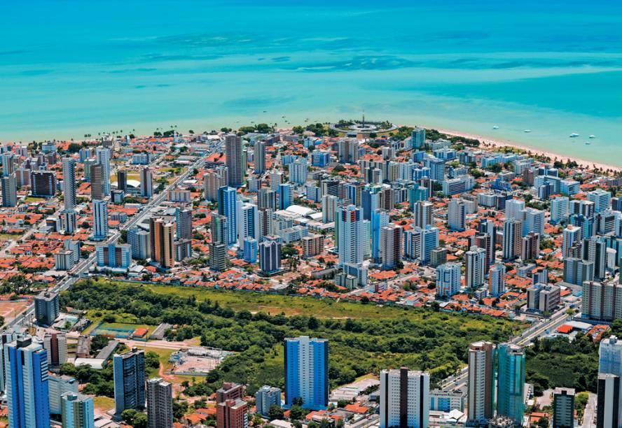 O skyline de João Pessoa, onde os edifícios altos têm vez só bem longe do Atlântico